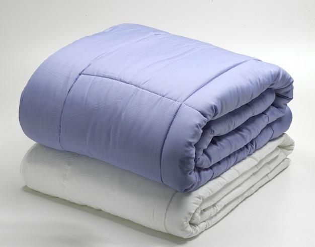 Сложенные одеяла или одеяла Premium Фотографии