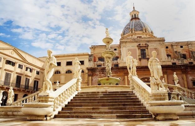 Fontana delle vergogne in piazza pretoria in palermo Premium Photo