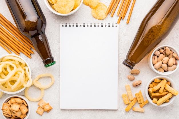 食べ物とビールの配置の上面図 無料写真