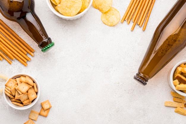 食品とビールのフレーム上面図 無料写真