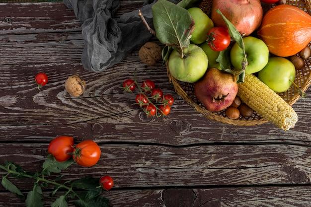 Расположение еды на деревянных фоне Бесплатные Фотографии