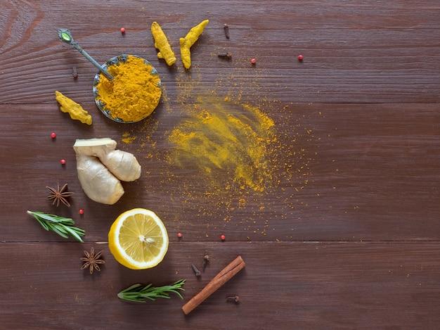ウコン、シナモン、生姜、レモン、コショウと食品の背景 Premium写真