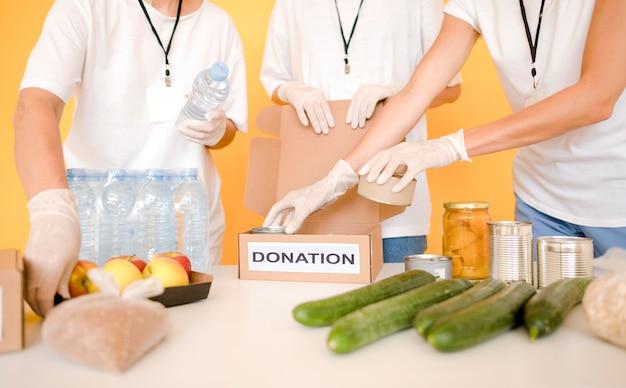 Preparazione di scatole per donazioni per il giorno dell'alimentazione Foto Gratuite