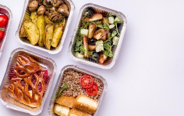 Доставка еды. блюда на ужин: каша, салат, картошка с грибами. Premium Фотографии