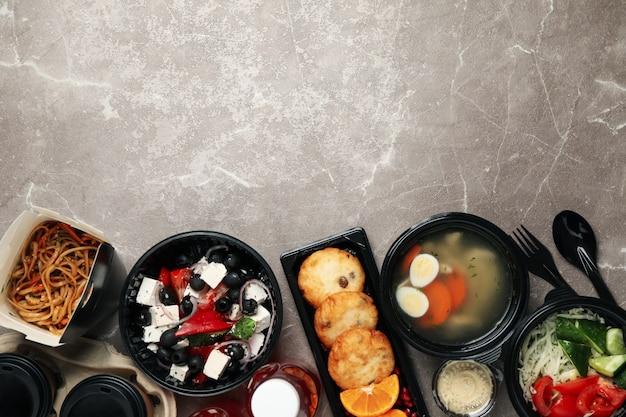 食品配達。テーブルのテイクアウトボックスの食品 Premium写真