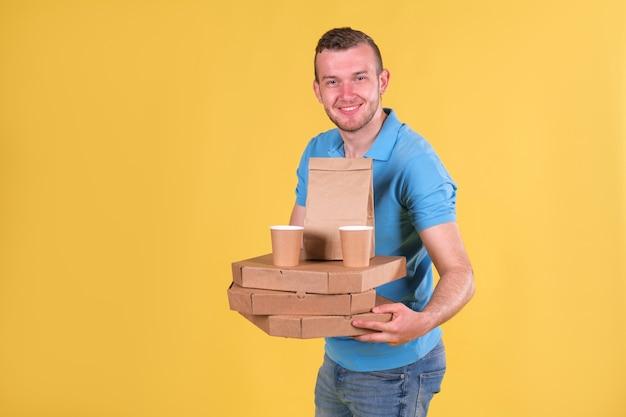 青いtシャツを着た食品配達の若い男 Premium写真