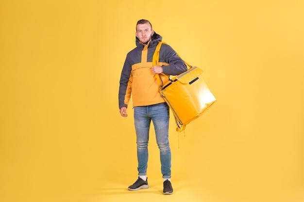 黄色いジャケットを着た若い男 Premium写真