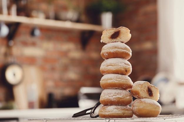 食物。テーブルの上の焼きたてのドーナツ 無料写真