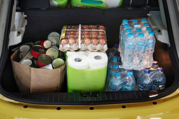 Accaparramento di cibo nel bagagliaio di un'auto Foto Gratuite