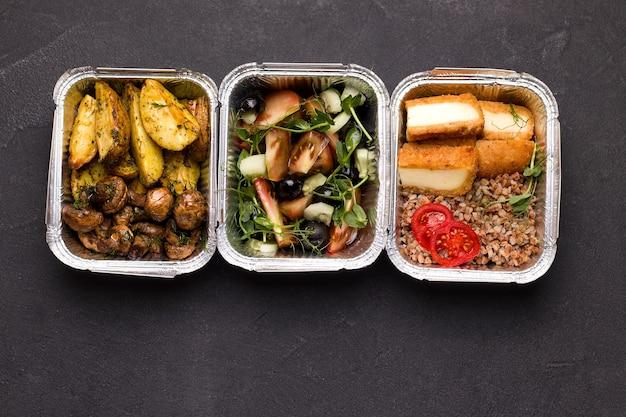 Еда в контейнерах. вид сверху. концепция доставки Premium Фотографии