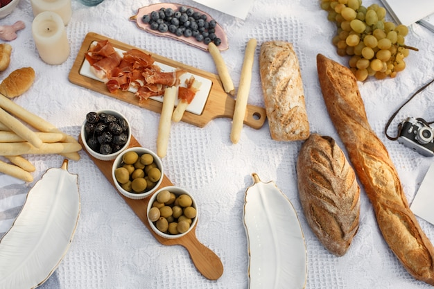 Food lay out on picnic blanket Premium Photo