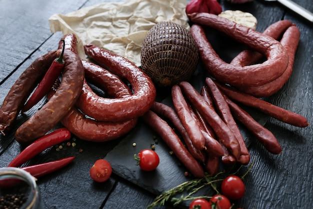 Еда, мясо. вкусная колбаса на столе Бесплатные Фотографии