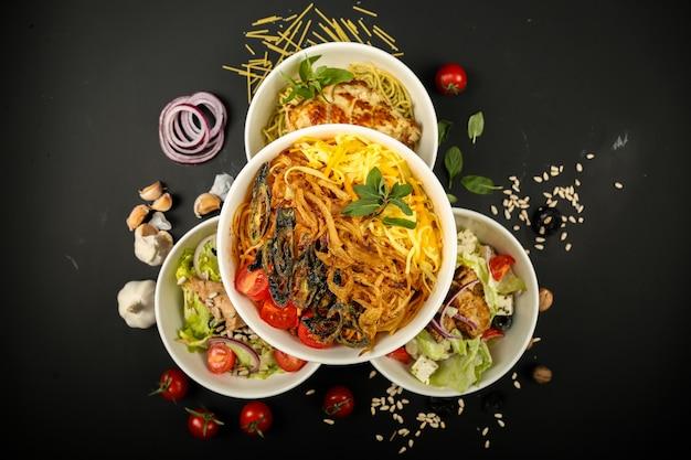 Vista superiore del greena dell'aglio del pollo di grillea delle tagliatelle dell'insalata della miscela dell'alimento Foto Gratuite