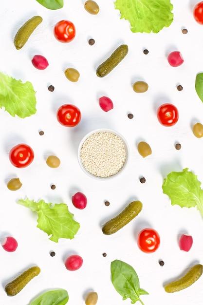 チェリートマト、きゅうり、野菜、コショウ、スパイスのフードパターン Premium写真