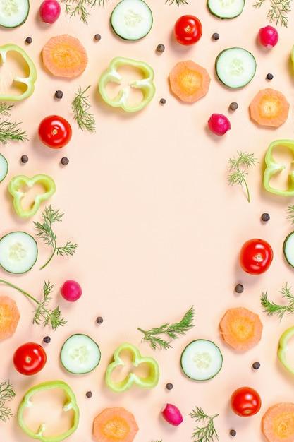 Еда бесшовные модели с помидорами черри, морковью, огурцами, редисом, зеленью, перцем и специями Premium Фотографии