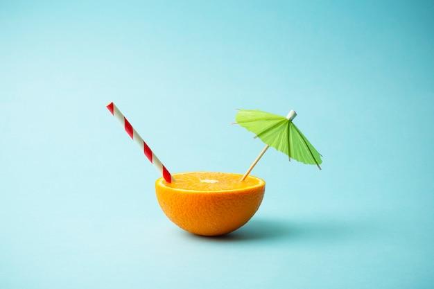 食品夏最小限のコンセプト。明るい色の背景にオレンジジュースとジューシーなトロピカルフルーツ Premium写真