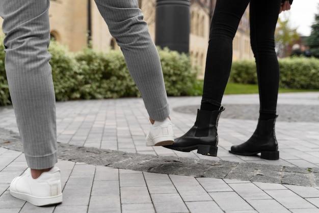 屋外での足のむくみの代替挨拶 無料写真