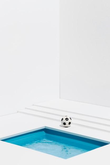 小さなプールの横にあるサッカー 無料写真