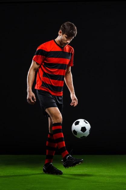 Футболист пинает мяч Бесплатные Фотографии