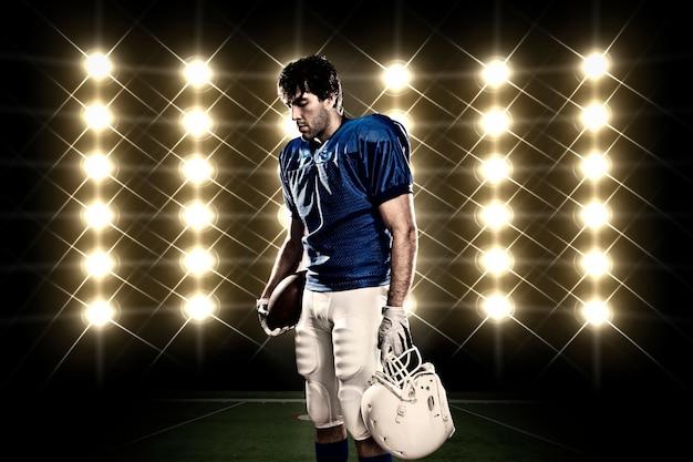 Футболист в синей форме перед огнями Бесплатные Фотографии
