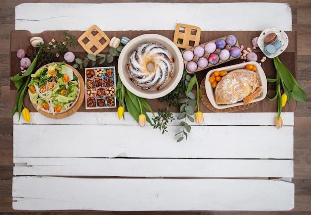 お食事を添えてお祝いイースターテーブル。イースター休暇のコンセプトです。平置き 無料写真