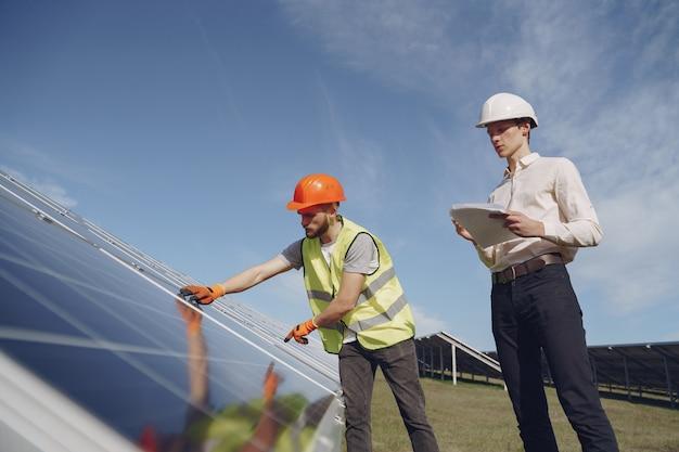 職長と太陽エネルギー駅で実業家。 無料写真