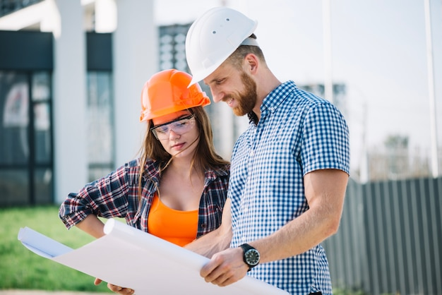Foreman and builder looking at blueprint Free Photo
