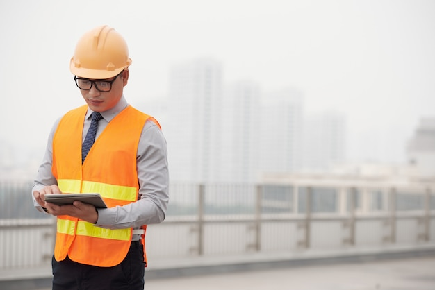 Foreman with digital tablet Free Photo
