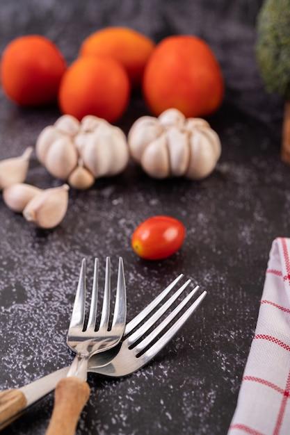Forchette pomodoro e aglio per cucinare. messa a fuoco selettiva. Foto Gratuite