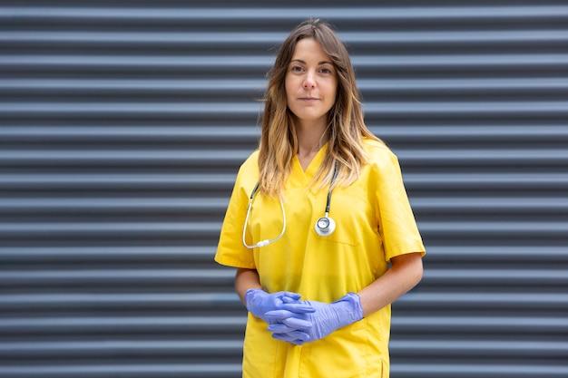 制服を着た女医の正式な肖像画 Premium写真