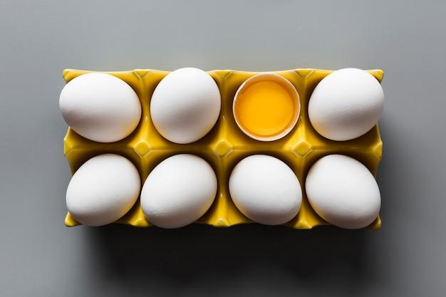 Опалубка с одним треснувшим яйцом Бесплатные Фотографии