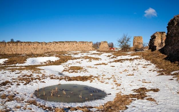 Руины крепости - часть построек. руины крепости Premium Фотографии