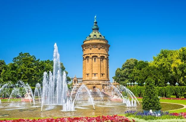 Фонтан и водонапорная башня на площади фридрихсплац в мангейме - германия Premium Фотографии