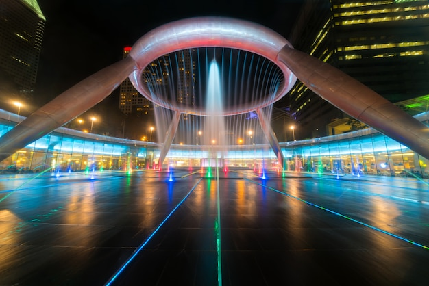 Fountain show at fountain of wealth suntec tower in singapore. Premium Photo