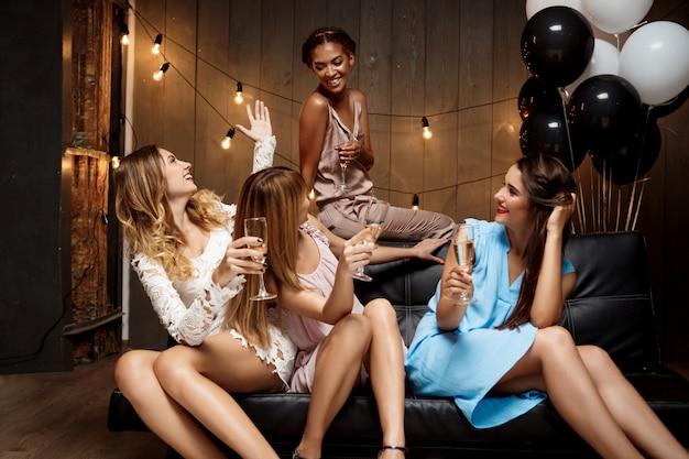 パーティーで休んでいる4人の美しい女の子。 無料写真