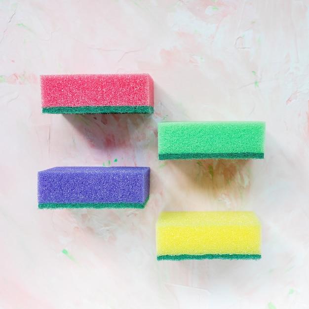 Четыре красочные губки для мытья посуды Premium Фотографии