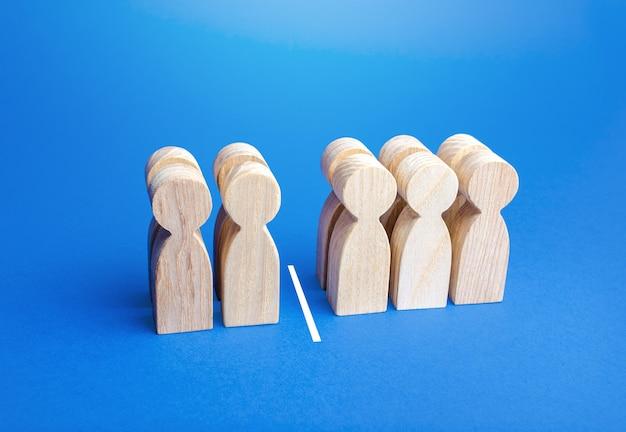 Четыре человека из десяти, разделенные линией. Premium Фотографии