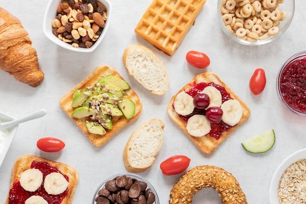 Cornice di prelibatezza colazione sul tavolo Foto Gratuite