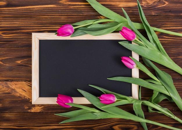 Cornice lavagna e tulipani Foto Gratuite