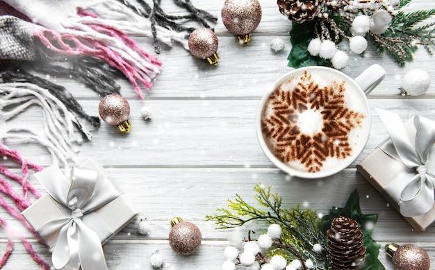 白い木の表面に雪の結晶と装飾とコーヒーで作られたフレーム Premium写真