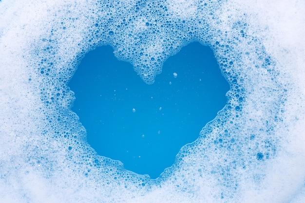 Каркас из пузырчатой моющей пены. форма сердца Premium Фотографии