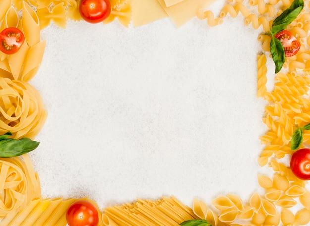 Рама из итальянской пасты на столе Бесплатные Фотографии