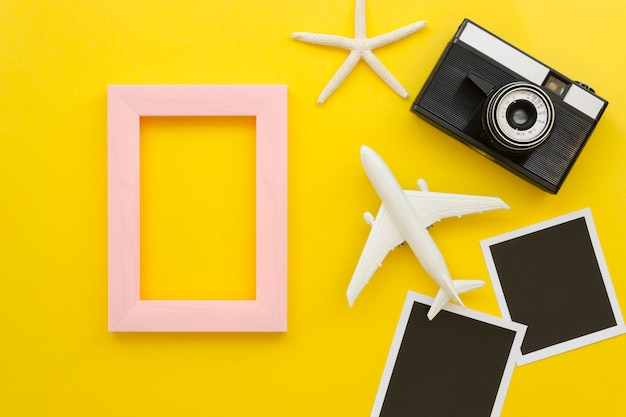 カメラと飛行機の横にあるフレーム 無料写真