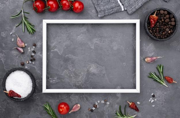 Cornice con ingredienti da cucina accanto Foto Gratuite