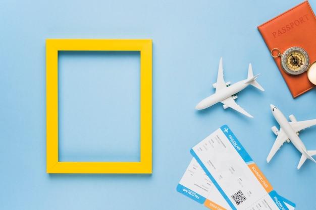 おもちゃの飛行機、チケット、パスポート付きのフレーム Premium写真