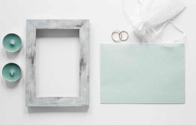 テーブルの上の結婚式のカードを持つフレーム 無料写真