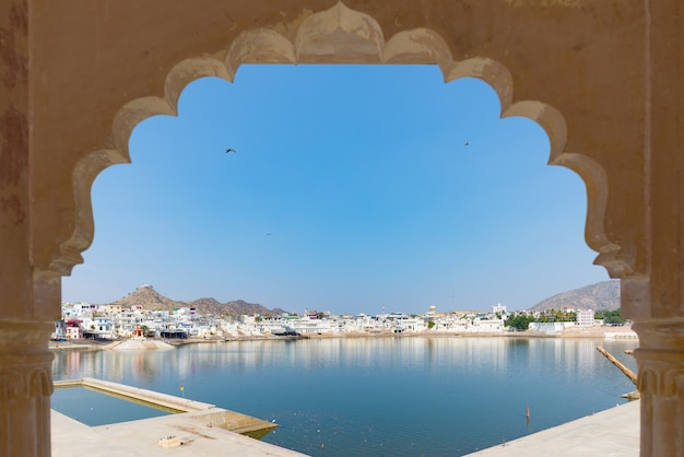 Framed view from archway at pushkar, rajasthan, india. Premium Photo