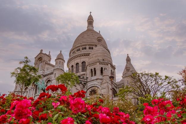 Франция. париж. ранний вечер у собора сакре-кёр. красные розы на переднем плане Premium Фотографии