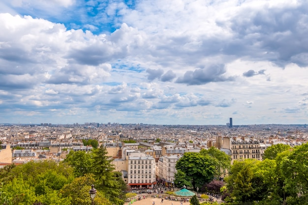 フランス。パリ。夏の日。屋根のパノラマビュー。雲は速く走っています。エッフェル塔は見えません Premium写真