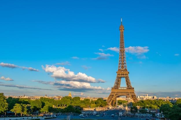 Франция, париж. летний вечер. движение возле эйфелевой башни Premium Фотографии